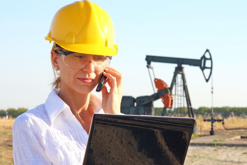 mulher trabalha na indústria da mineração representando a inclusão de gênero no setor